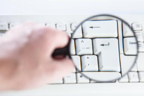 Näppäimistö suurennuslasin alla ||| Keyboard under the magnifying glass