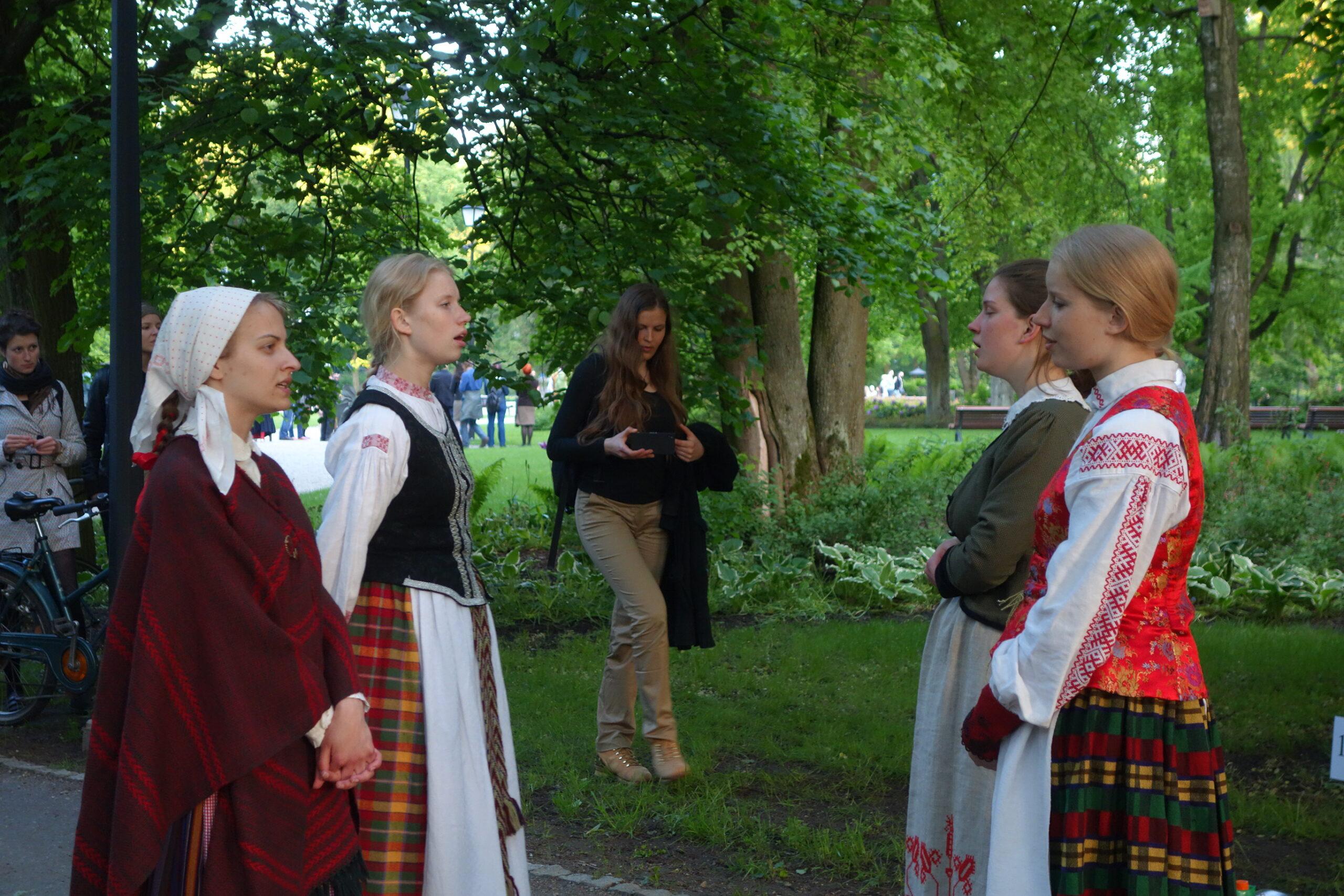 Emilija Vaiginyté, Vera Venckūnaitė-Čepulienė, Teresė Andrijauskaitė ja Milda Andrijauskaitė-Bakanauskienė laulavat liettualaisia sutartinės-lauluja Vilnassa vuonna 2015. Kuvaajana toimi Pekka Huttu-Hiltunen.