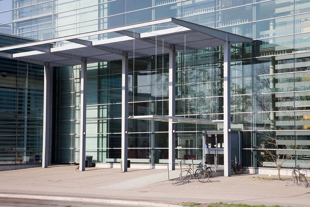 Sisäänkäynti lasiseinäiseen rakennukseen